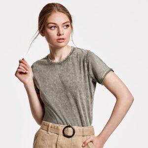 La camiseta HUSKY WOMAN con su efecto jeans, está diseñada con un cuello fino redondo aportando un toque femenino.
