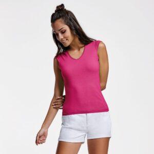 La camiseta de mujer Martinica gusta incluso antes de vestirla. De manga corta, escote en V y acabados realizados con ribete fino, cuenta además con un corte entallado que se adapta a la perfección.