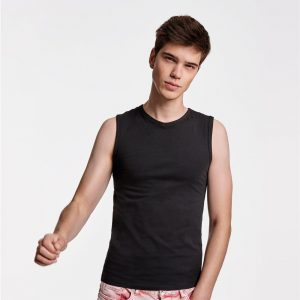 Camiseta ajustada con cuello ligeramete en pico