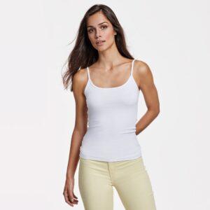 La camiseta de tirantes finos de mujer Carina es una de las prendas estrella para el verano. Disfruta del sol y todo lo que te ofrece.