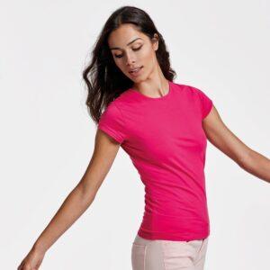 Luce tu figura con la camiseta Bali. Con tejido de fácil lavado y sectado, cuenta con un corte entallado de costuras laterales que se adapta a la perfección a tu cuerpo.