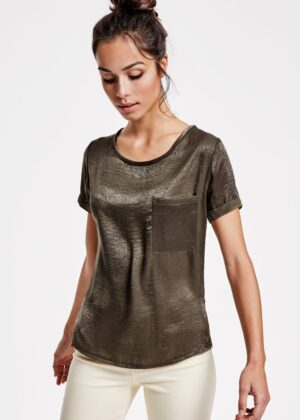 MAYA es la camiseta más ligera, casual y cómoda para cada día. Además incluye escote amplio y bolsillo en pecho izquierdo aportándole el toque de estilo que buscabas y mejor encaja contigo.