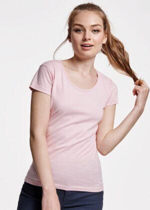 Los escotes redondos son cada vez una apuesta más firme en los armarios de las mujeres. La camiseta Guadalupe, de manga corta, está disponible además en 11 colores.