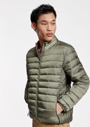 Una prenda exterior todoterreno. Preparate para el frío con la chaqueta FINLAND de Roly. Su diseño actual cuenta con cremalleras invertidas a tono y forro interior a contraste.